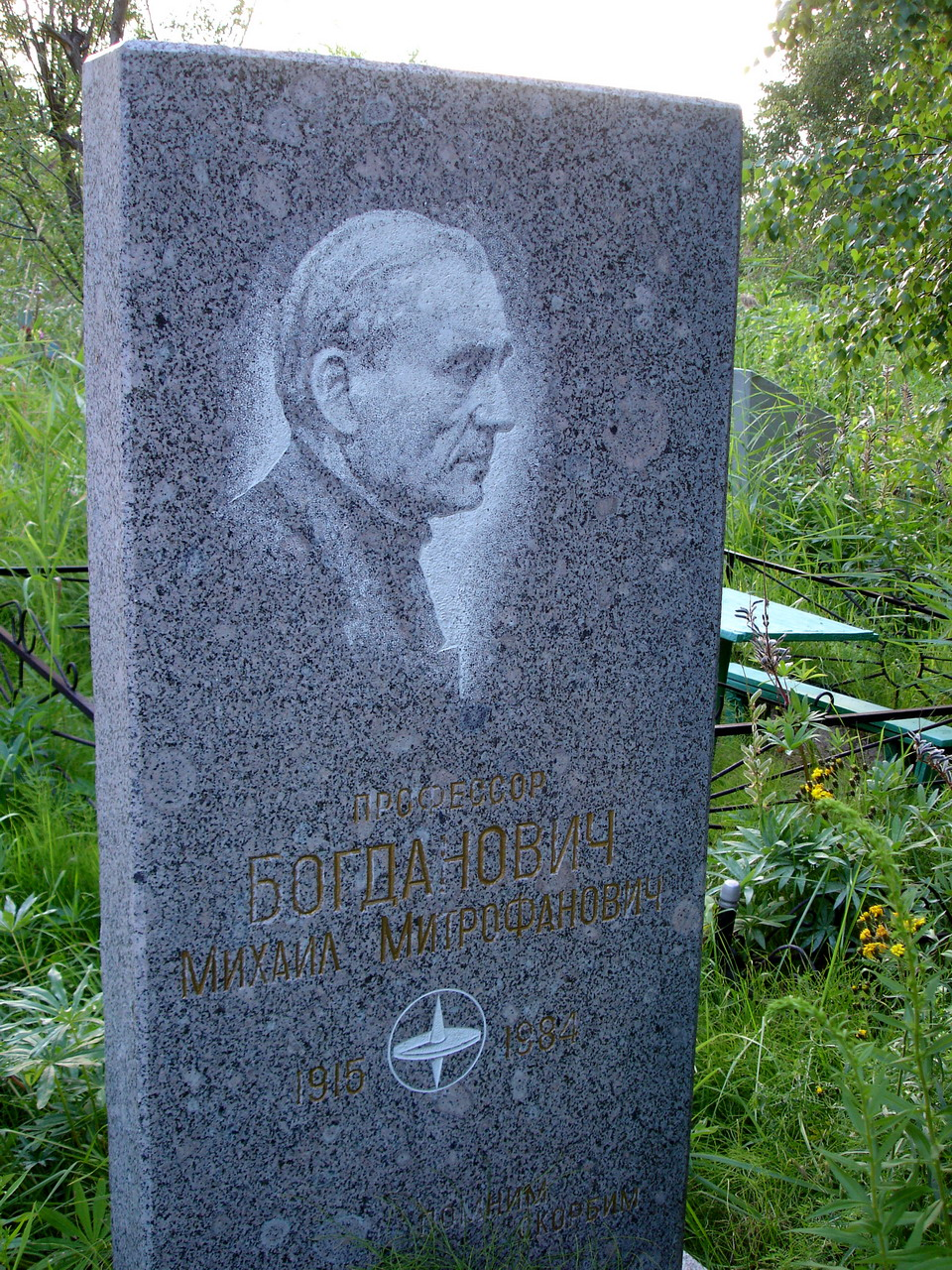 Могила Богданович М.М. на Стрельнинском кладбище